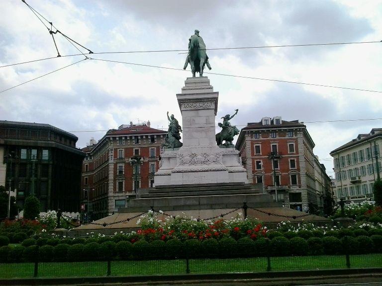 pomnik Largo Cairoli