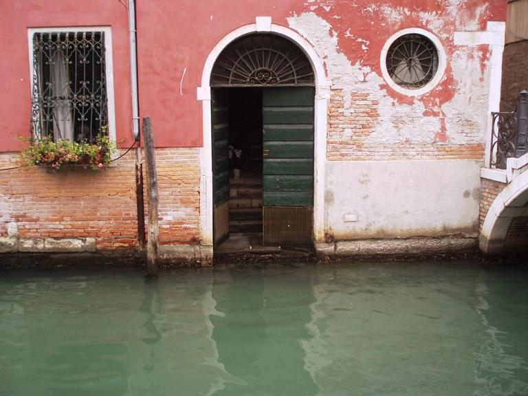 Wenecja - wejście do kamienicy