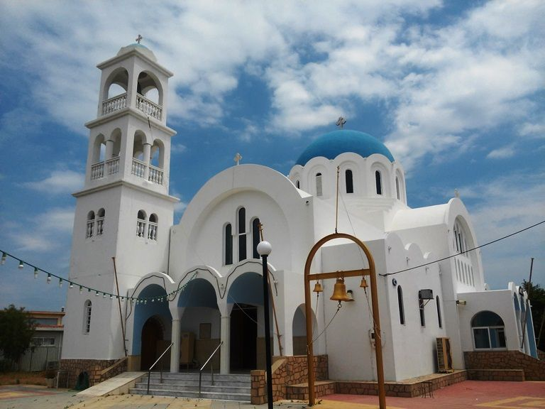 Agistri - kościół w typowo greckim stylu w miejscowości Skala