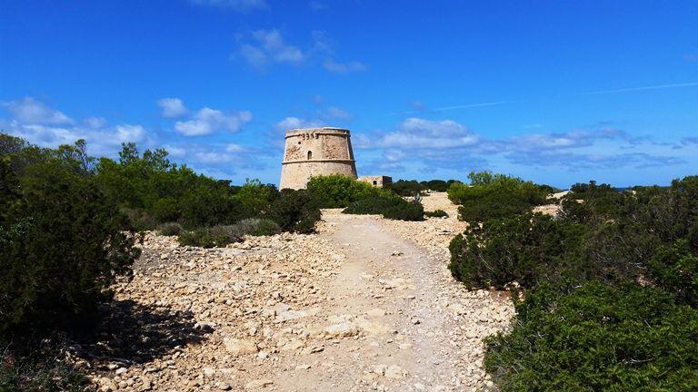 wieżyczka przy szlaku niedaleko Cala Bassa