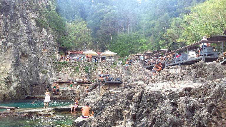 Plaża La Grotta w mieście Paleokastrica
