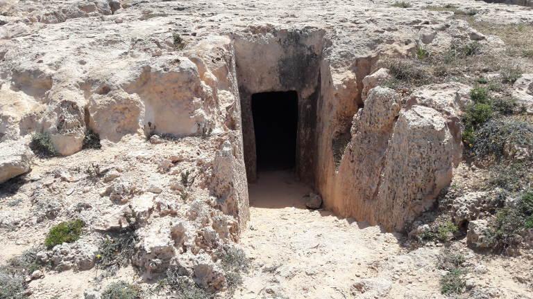 grobowce niedaleko plaży Makronissos