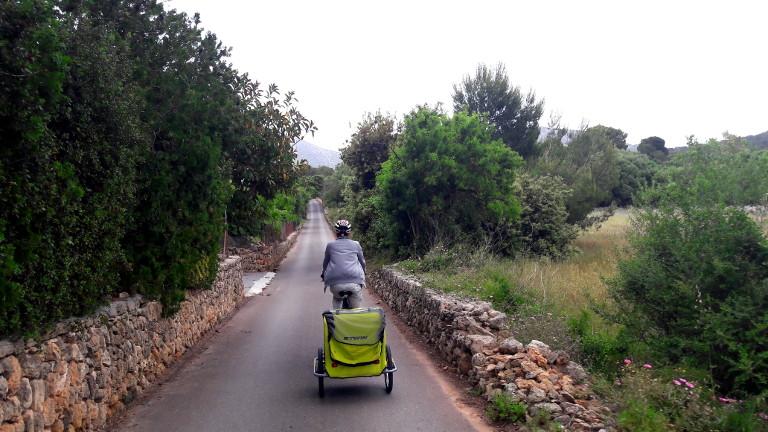 rower z przyczepką - niemowlak na rowerze