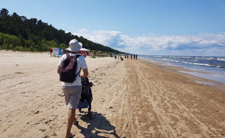 wózkiem po plaży w Jurmale