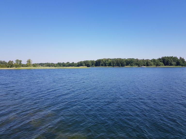 Weekend nad czystym jeziorem blisko Warszawy – poznaj Jezioro Białe